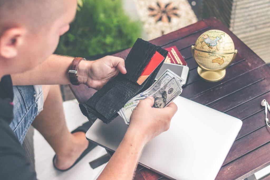 muž, peníze, půjčka online, peněženka